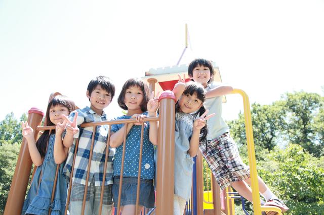 公園の遊具の上に集まる子供たち