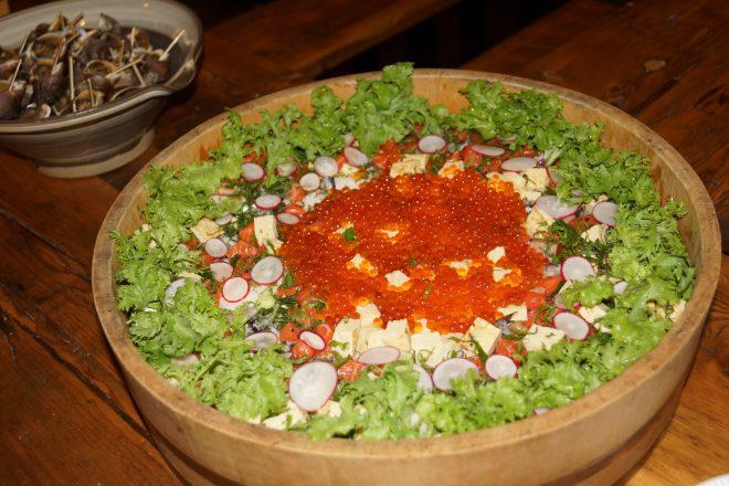 さまざまな野菜とシーフードの料理