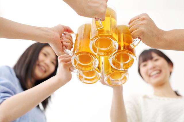 ビールで乾杯している風景