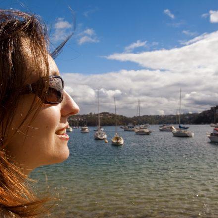 海に浮かぶ複数のクルーザと女性の横顔
