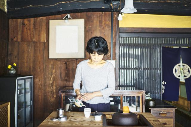 日本家屋の室内でお茶の準備をしている女性