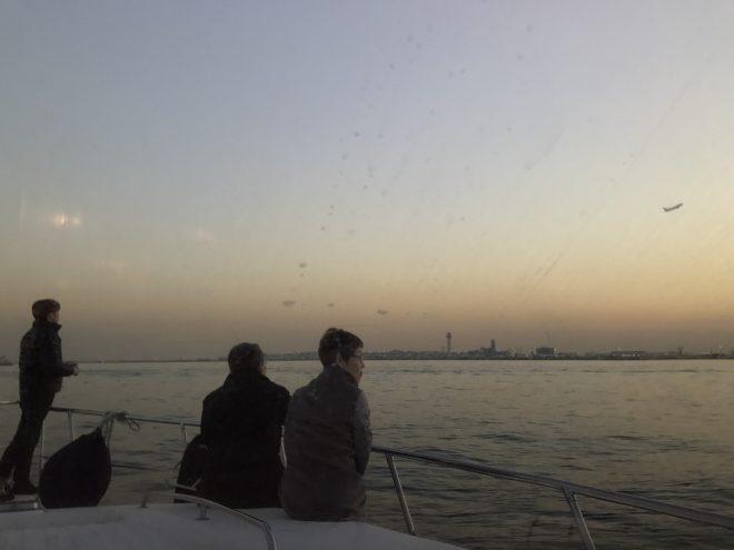 クルーザーデッキから景色を眺めている風景