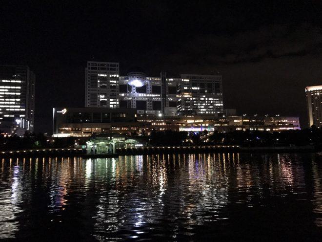 船上から眺める夜のフジテレビ社屋