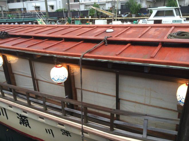 近くでみる停泊している屋形船