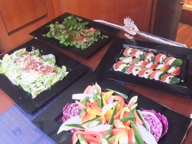 お皿に盛られた野菜料理の数々
