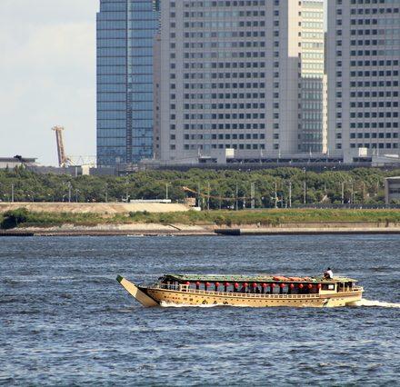 河川上を走る屋形船