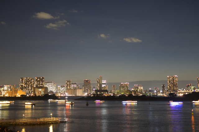 幻想的な街の夜景とライトアップされた複数の屋形船