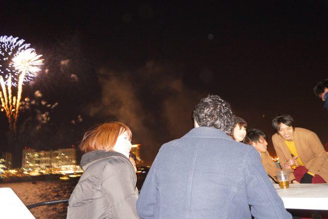 船上での宴会風景と打ち上げ花火