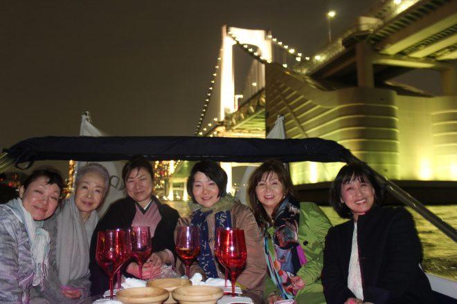 船の後部デッキパーティーをしている女性の集合写真