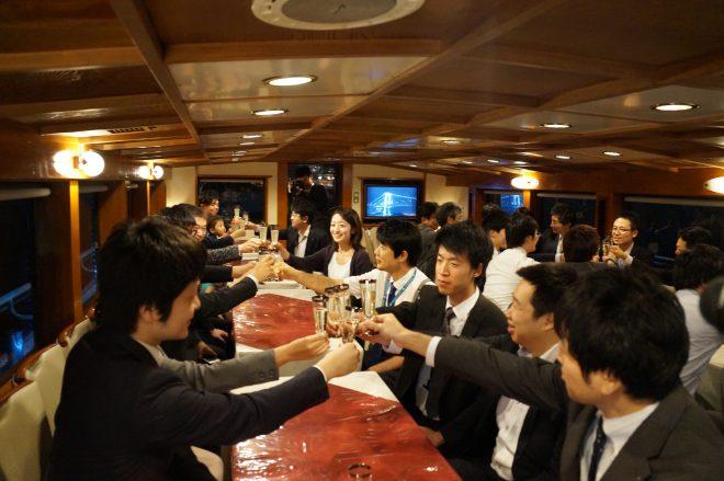 船内パーティーで乾杯している風景