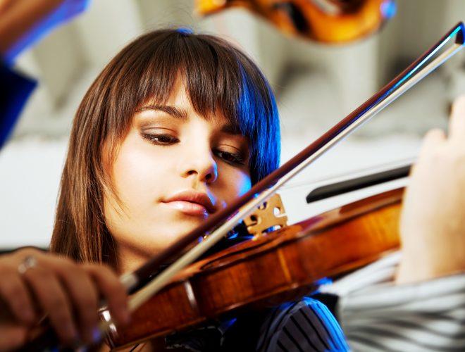 ヴァイオリン弾いている外国人女性