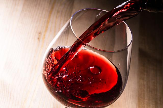 グラスにワインが注がれているところ