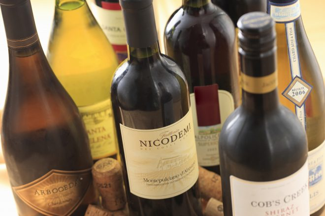 卓上に並ぶさまざまなボトルワイン