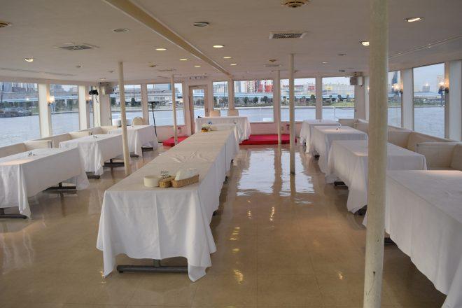 白を基調とした清潔感のある船内のパーティー会場