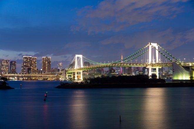 湾から眺めるライトアップされたレインボーブリッジ