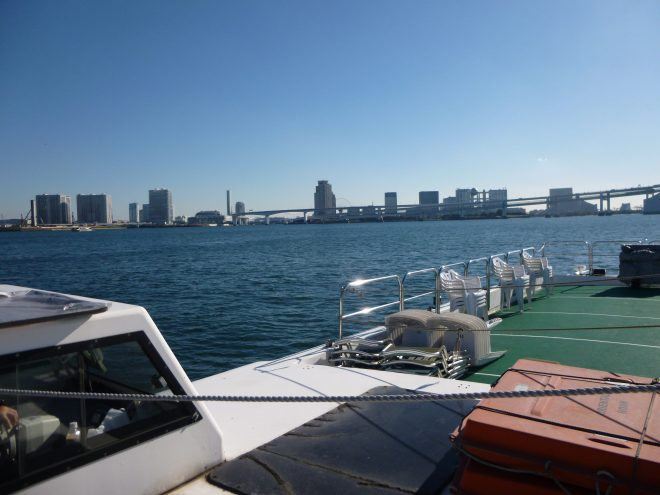 船上から眺める湾と街の景色