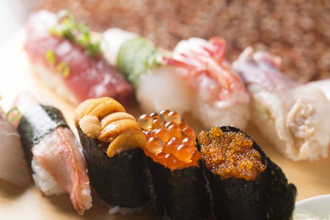 きれいに並ぶ軍艦巻きと握り寿司