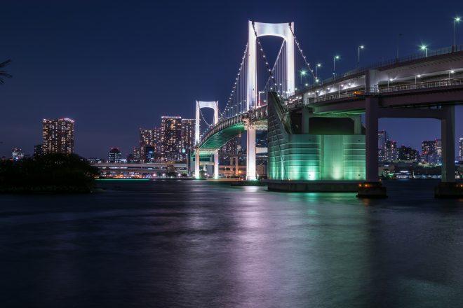 船上から眺めるライトアップされたレインボーブリッジと街