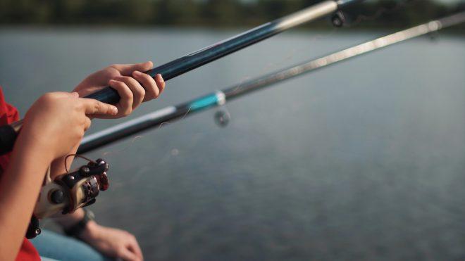 船上での釣りを楽しんでいる風景