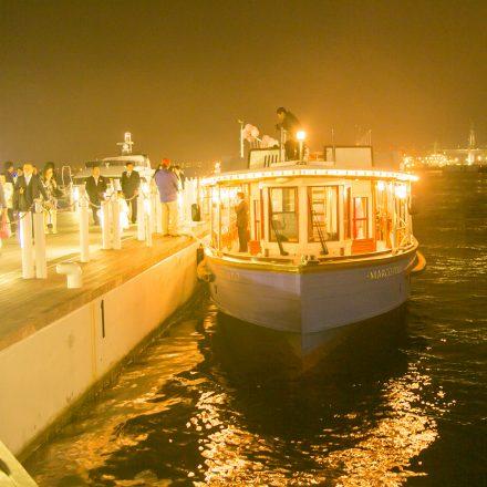 停泊しているライトアップされた屋形船