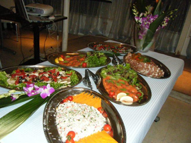 卓上に並べられた大皿料理