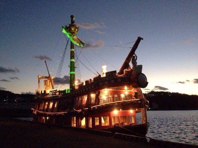 港に停泊しているライトアップされた海賊船型クルーザー