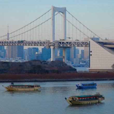 レインボーブリッジと河川に浮かぶ屋形船