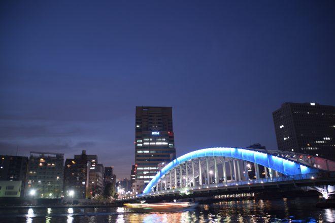 ライトアップされた街の夜景