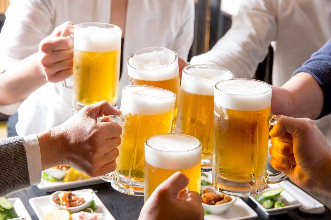 ジョッキのビールで乾杯している風景