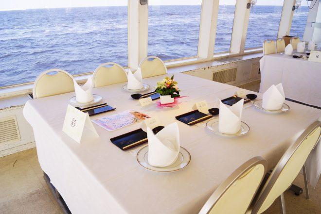 海を眺められる船内のテーブル席