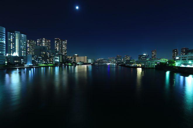 船上から眺める幻想的な街の夜景