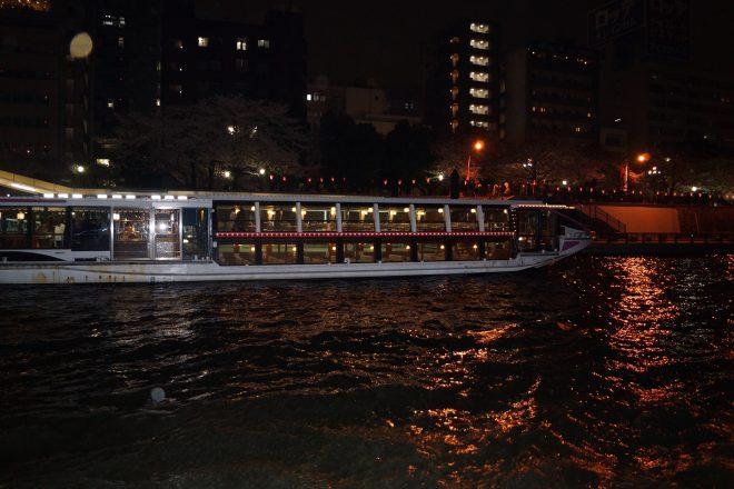 水上に浮かぶライトアップされた屋形船