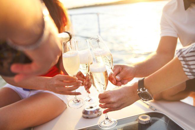 シャンパンで乾杯している風景