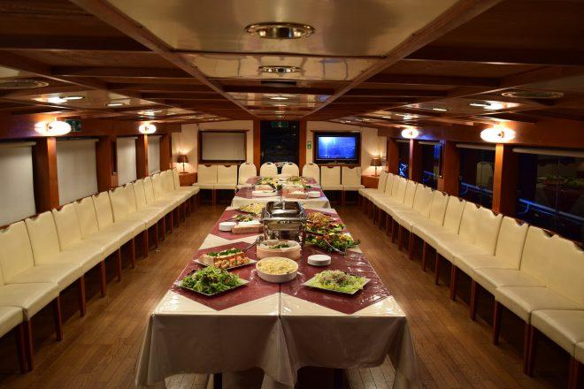 さまざまな料理が並ぶ船内のパーティー会場