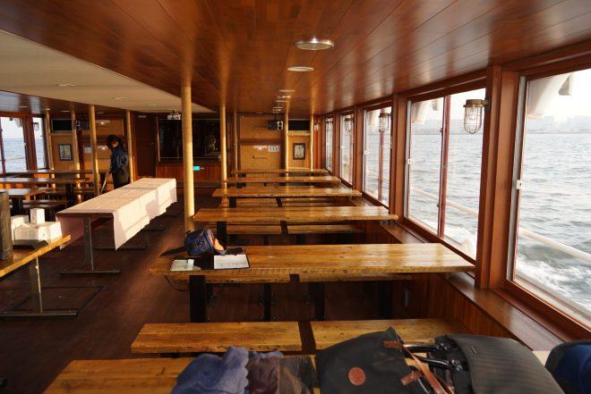 海を眺められる屋形船のテーブル席