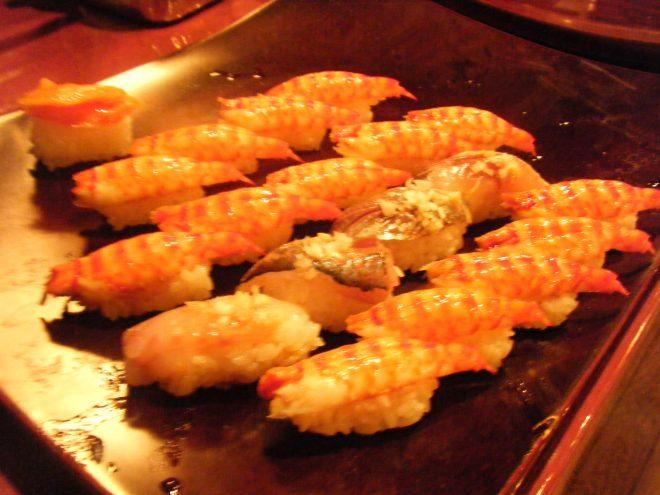 お皿にきれいに並ぶ握り寿司