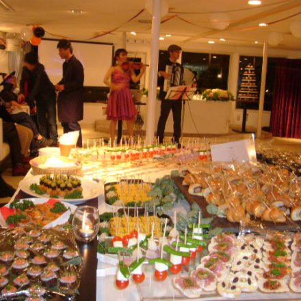 卓上に並ぶ数々の料理とパーティー風景
