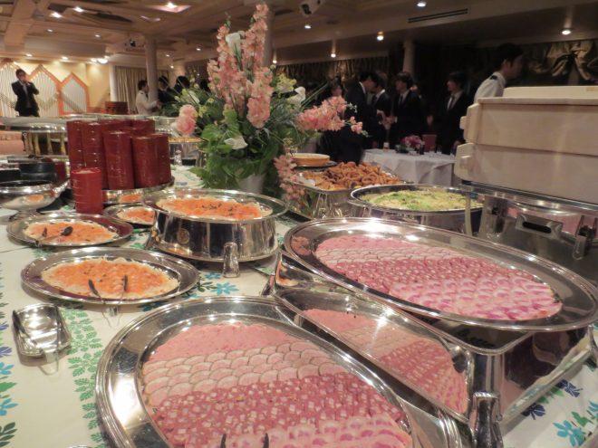 卓上に並ぶさまざまな料理