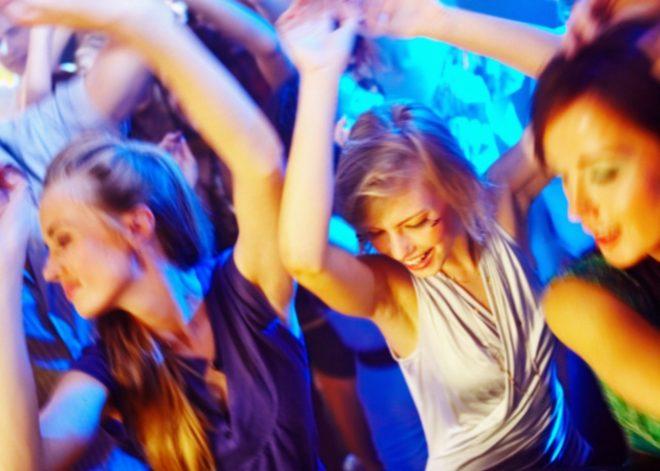 ダンスしている外国人女性たち