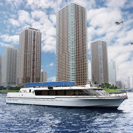 青空のもと河川上に浮かぶ平型洋風屋形船