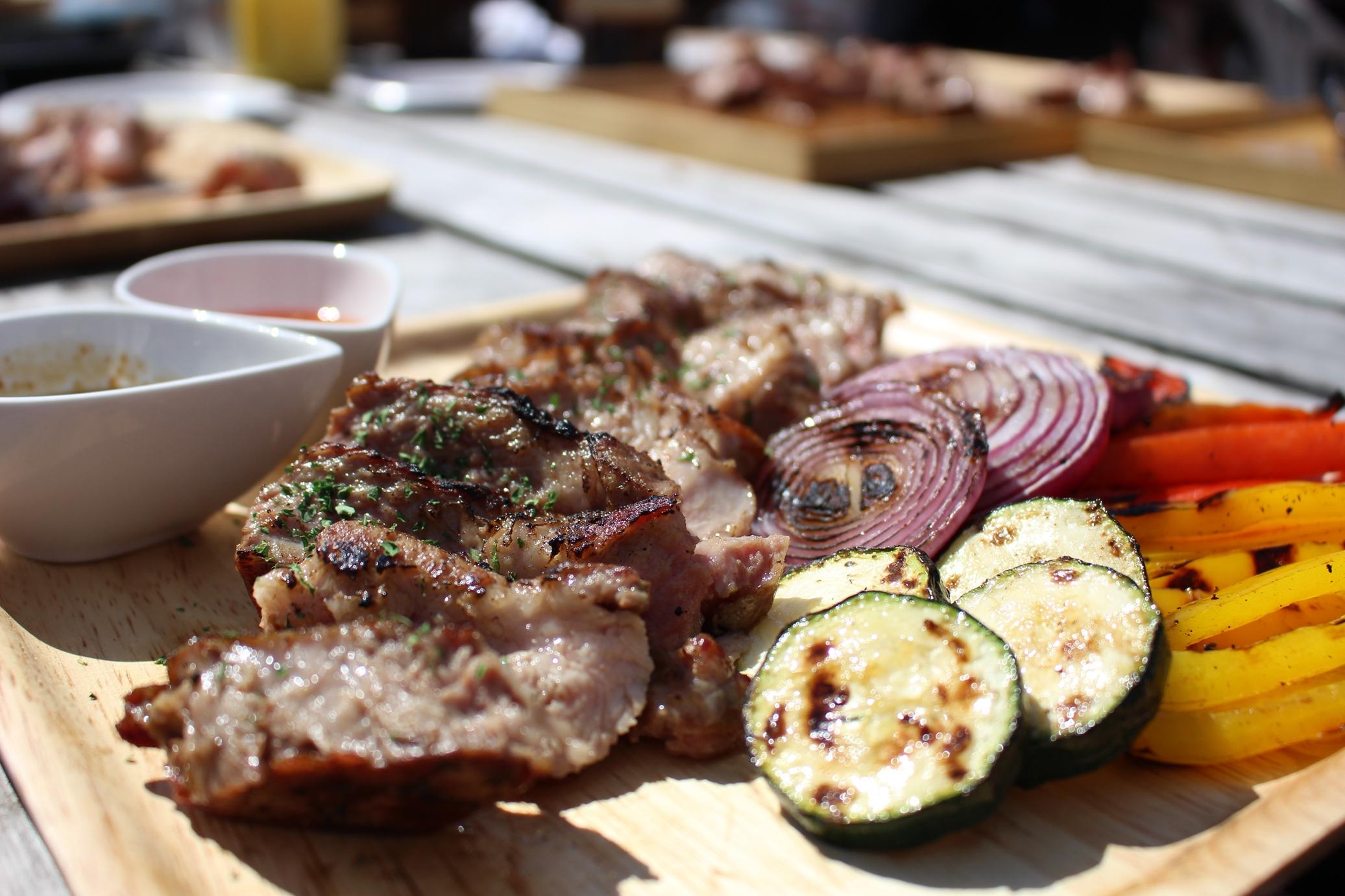 木皿に盛り付けられたBBQのお肉とズッキーニやパプリカ