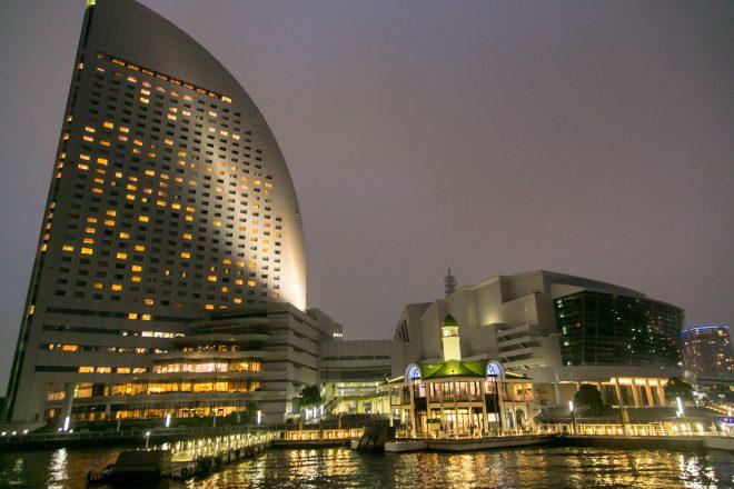 横浜の海から見たみなとみらいぷかりさん橋とインターコンチネンタルホテルの夜景