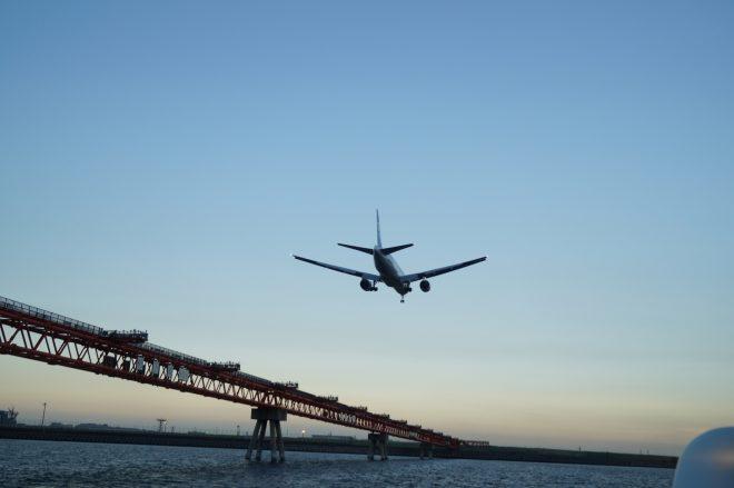 羽田沖の洋上から見た着陸態勢に入っているジャンボジェット機