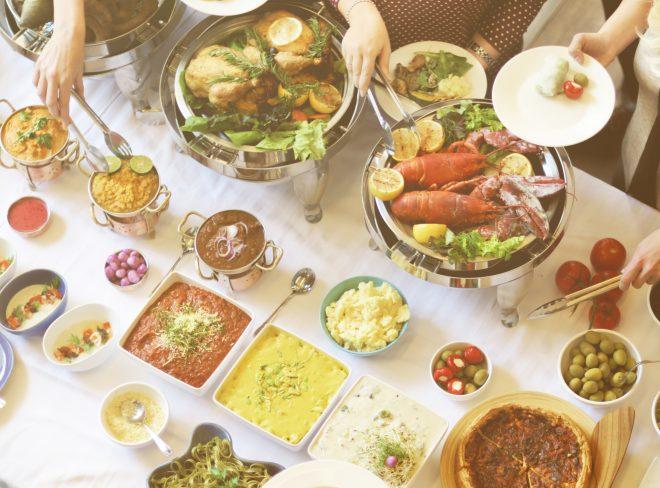 ビュッフェスタイルで並ぶ南国料理の数々