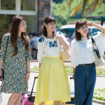 街を歩く3人の女性旅行者