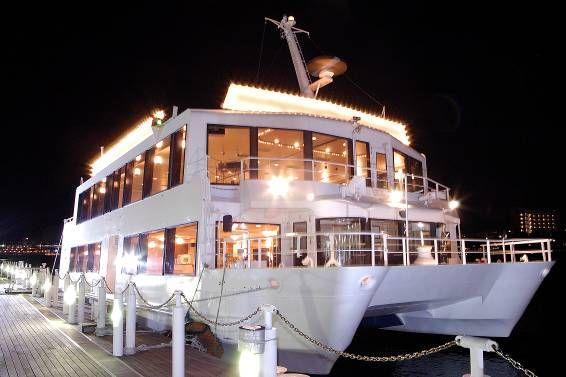 港に停泊しているライトアップされた洋風屋形船