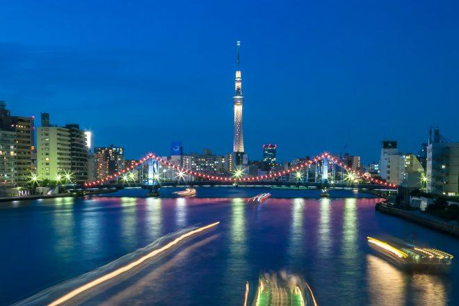 船上から眺めるライトアップされたスカイツリーと街の景色