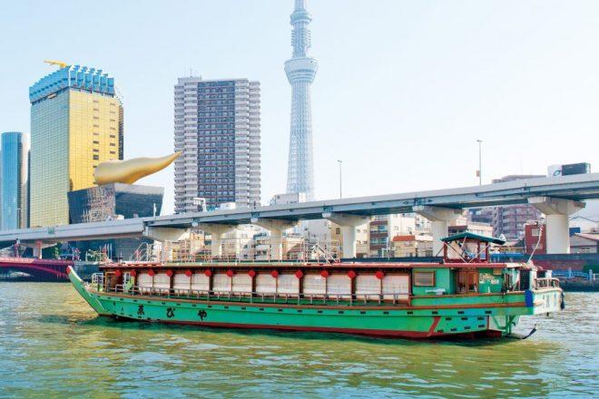 鮮やかな緑の船体が特徴的な屋形船