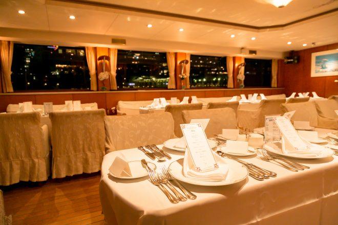 洋風な船内のパーティー会場の風景