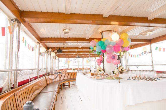 バルーン装飾された船内のパーティー会場